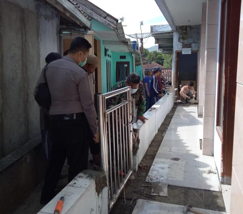 Gotong Royong Bersama Warga, Babinsa Cijalingan Sukabumi Bantu Perehaban Masjid Attakwa
