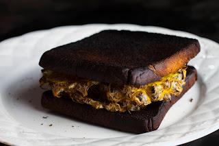 Sandwich quemado de huevo
