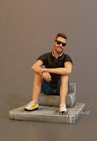 statuetta personalizzata idea regalo uomo padre statuina uomo seduto  con occhiali da sole orme magiche