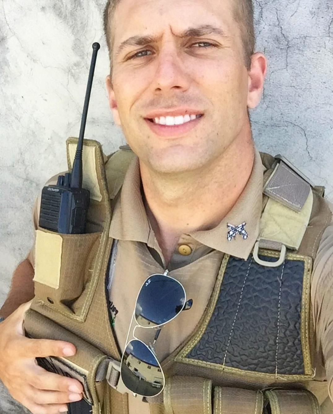 hot-brazilian-men-in-uniform-military-army-hunks-walkie-talkie-sunglasses-beautiful-smile