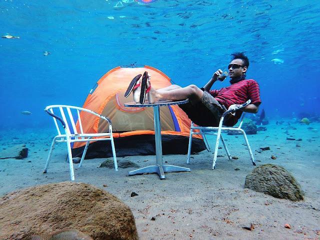 foto dengan tenda di bawah air