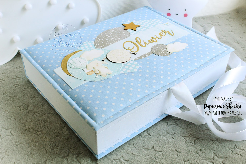 scrapbooking handmade hand made rękodzieło ręcznie wykonany pudełko wspomnień szatułka memory box pudełko pamięci pamiątka narodzin chrztu roczku roczek dziecka chrzest święty narodziny niemowlę dla niemowlaka prezent dla dziecka rodziców mamy taty ciąża ciążowy baby shower pierwszy rok życia pierwszy ząbek pierwszy loczek pudełko na skarby dzieciństwo z dzieciństwa niemowlęctwa niemowlak dla niemowlaka pudełko na zdjęcia pierwszy prezent pierwsza wizyta do przechowywania pamiątek metryczka metryka bawełna bawełniane dla dziecka dla chłopca chłopczyka dziewczynki córeczki syna synka córki córka syn wnuka wnuczki od matki chrzestnej ojca chrzestnego baby keepsake box kapsuła czasu personalizacja personalizowane z imieniem imię personalized album z albumem komplet duże 200 zdjęć wkład foliowy pod folię łabędź z łabędziem swan swans princess księżniczka dla księżniczki