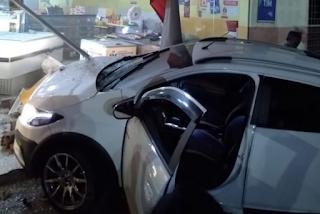 Carro invade padaria após acidente com outro veículo no interior da Paraíba