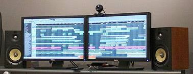 Dos Monitores Pantalla en Estudio de Grabación de Audio
