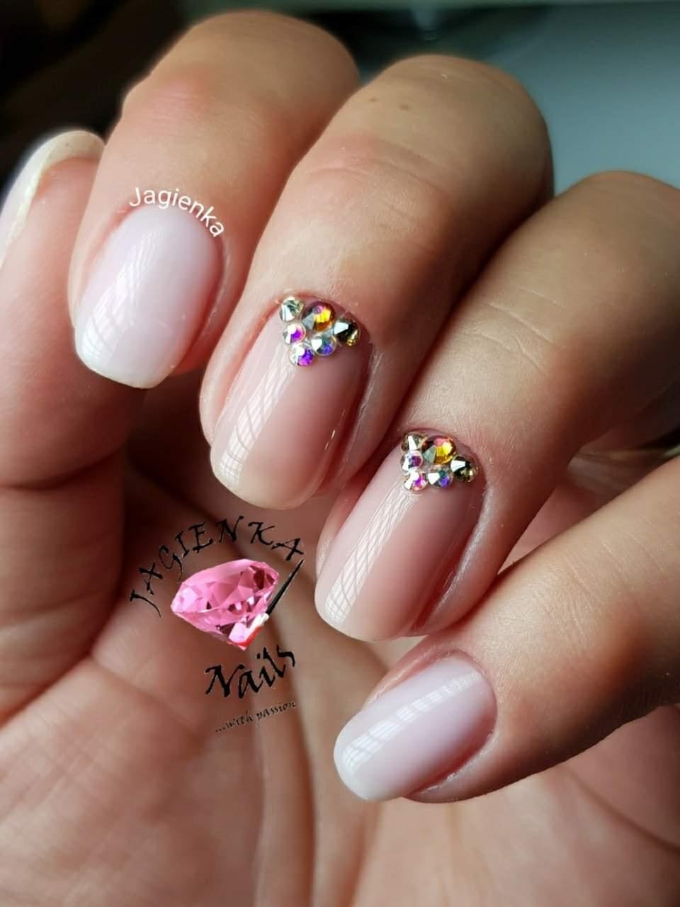 paznokcie z kryształkami