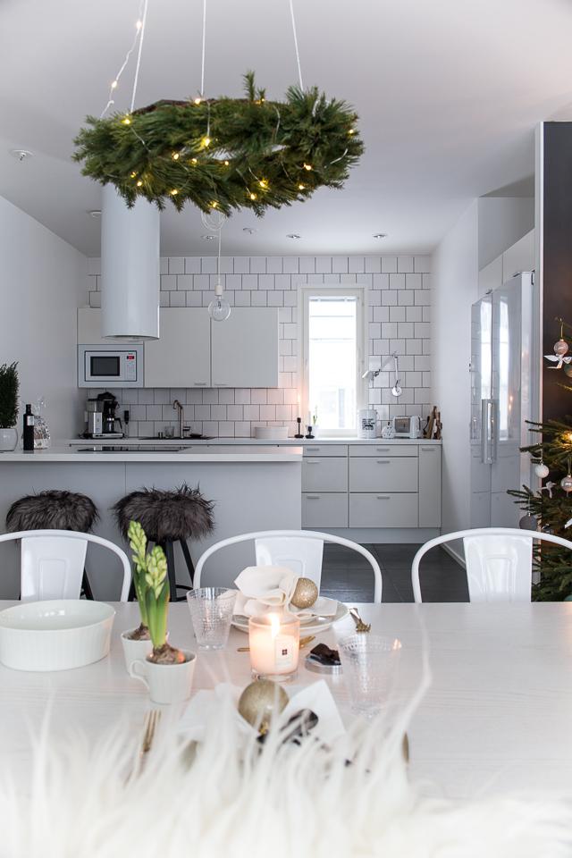 keittiö, valkoinen keittiö, jouluinen sisustus, kattaus, joulukuusi, Villa H