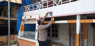 Ajak Patuhi Penerapan Protokol Kesehatan, Bhabinkamtibmas Pulau Barrang Caddi tempel Stiker dirumah Warga