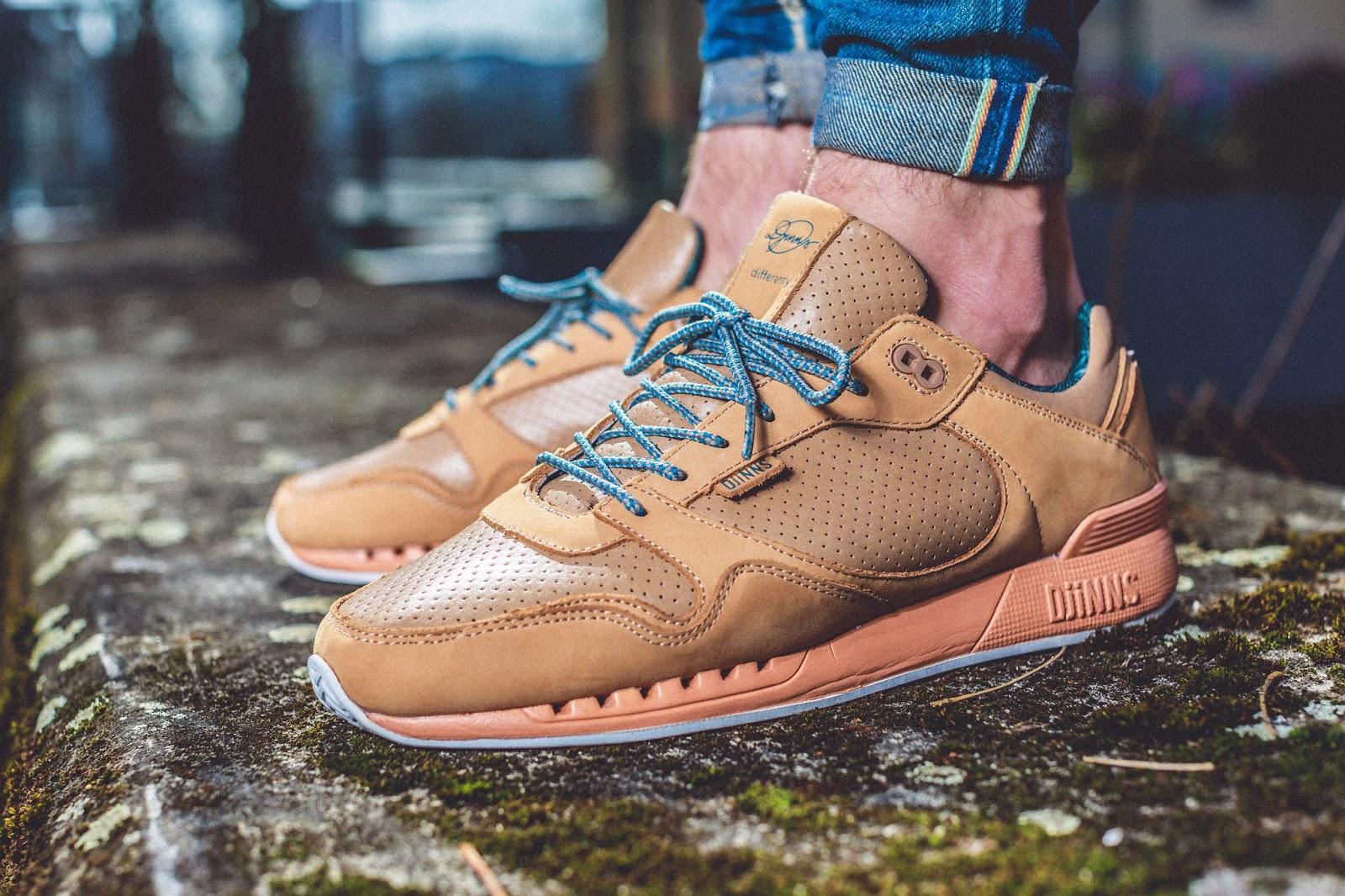 Minimalistischer DJINN´S x DIFFERANTLY Sneaker am Fuß vor einer Waldlandschaft getragen. Man sieht den Sneaker von der Seite