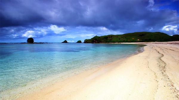 Hamparan pasir putih bersih Pantai Kuta di Lombok