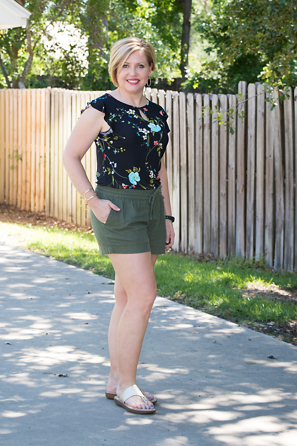 olive shorts with print top, summer outfit