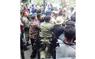 Pendemo Didepan Kantor Walikota Mataram Dipukuli