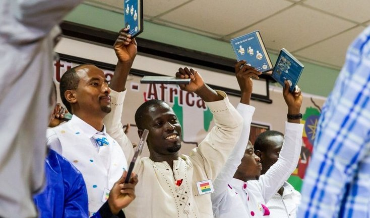 Africanos con Biblia en lenguaje de señas