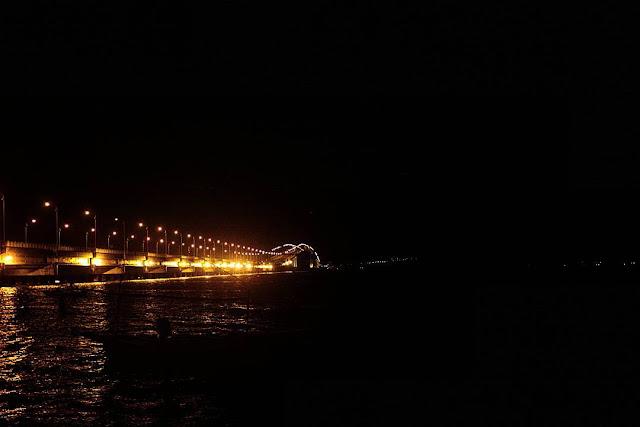 foto jembatan suramadu saat malam hari