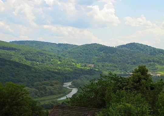 Przełom rzeki Skawy. Z prawej widać budowaną zaporę.