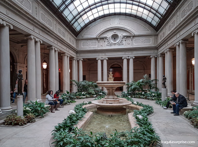 Pátio interno de The Frick Collection, Nova York