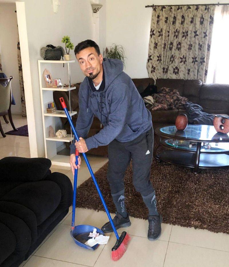 Roberto Cereceda cocina, sirve desayuno, barre y comenta eSports mientras espera que vuelva el fútbol