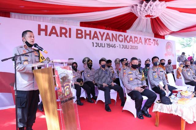 Palembang - Kapolda Sumsel Irjen Pol Prof. Dr. Eko Indra Heri S., MM membuka acara pemeriksaan Rapid Test, Swab Drive Thru dan Donor Darah dalam rangka Hari Bhayangkara Ke-74, Jum'at (26/06) di Tugu Monpera Palembang.  Dalam kegiatan ini Kapolda Sumsel didampingi Wakapolda Sumsel, para pejabat utama polda sumsel melepas secara langsung kendaraan dinas yang membawa paket bantuan sosial untuk nantinya disalurkan kepada masyarakat yang membutuhkan dan selanjutnya Kapolda meninjau secara langsung pelaksanaan Rapid Test, Swab Test Drive Thru dan Kegiatan Donor Darah.  Kapolda mengatakan kegiatan ini merupakan rangkaian Hari Bhayangkara Ke-74 dan dalam upaya menekan penyebaran Pandemi Covid-19 yang ada di Kota Palembang dengan melaksanakan Rapid Test dan Swab Drive Thru dengan tetap mentaati protokol kesehatan yang telah dihimbau oleh pemerintah.  Dalam kegiatan ini dirangkai juga dengan Donor Darah bekerjasama dengan pihak PMI yang ikut membantu pelaksanaan kegiatan Donor Darah tersebut.   Kapolda juga menyampaikan untuk penyaluran bantuan sosial yang akan diserahkan kepada masyarakat yang tidak mampu terutama yang terdampak oleh Pandemi Covid-19 agar pelaksanaanya dapat di laksanakan dengan baik dan terimakasih atas kerjasama serta kerja keras dari seluruh panitia dan pihak-pihak yang sudah ikut membantu pelaksanaan kegiatan hari ini, ujarnya.(Tri Sutrisno)