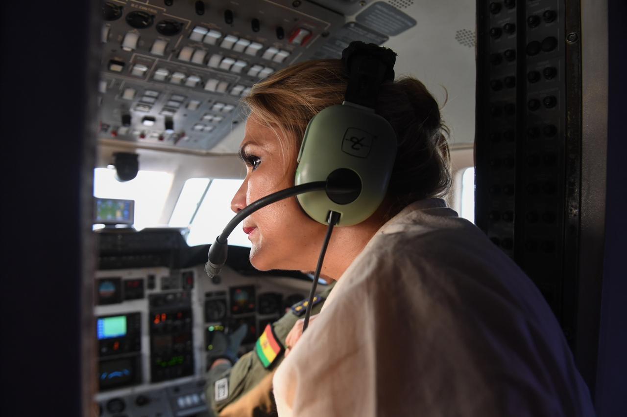 La presidenta constitucional en un sobrevuelo a las zonas de incendio en el oriente / ABI