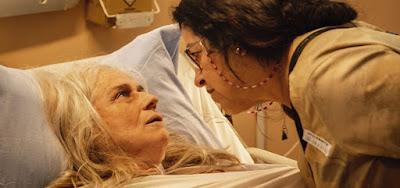 Kátia (Vera Holtz) e Lurdes (Regina Casé) em cena da novela das nove da Globo, Amor de Mãe