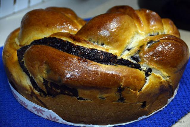 עוגת שמרים עגולה וזהובה במילוי שוקולד