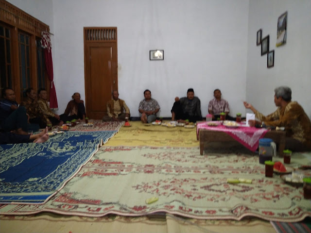 KodimKaranganyar - Babinsa Gayamdompo Hadiri Pertemuan Rutin dan Rapat Linmas di Wilayah Binaan