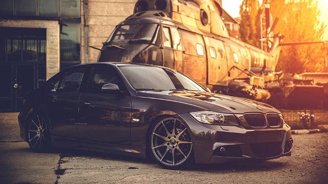 BMW et Hélicoptère Militaire - Fond d'écran en Ultra HD 4K