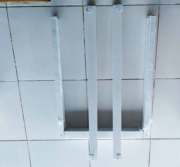 Chân bàn sắt hình chữ nhật màu trắng(2 thanh ngang liên kết trên, không có giằng bên dưới nhưng bảo đảm chắc chắn)