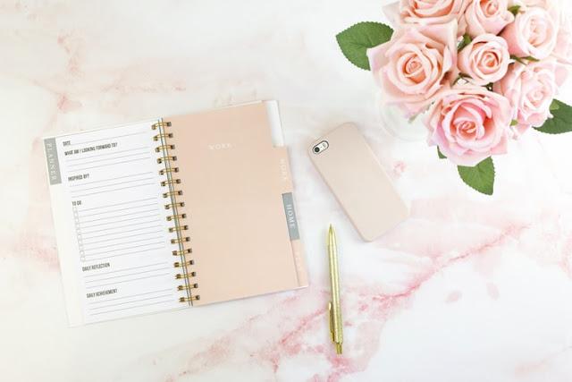 różowe róże kalendarz i długopis na różowym jasnym tle