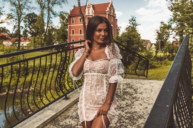 Biała sukienka z koronki  - Czytaj więcej