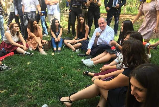 Presidente de Armenia pide no comparar su sistema educativo con el de otros países