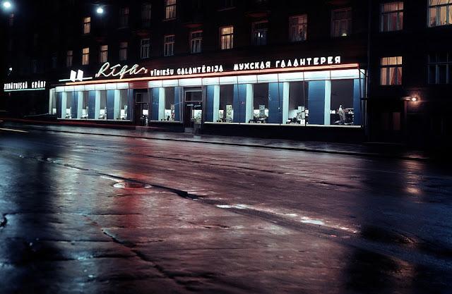 """1965 год. Rīga. Vīriešu galantērijas veikals """"Rīga"""", Ļeņina (Brīvības) ielā. Blakus - grāmatnīca """"Zinātniskā grāmata"""""""
