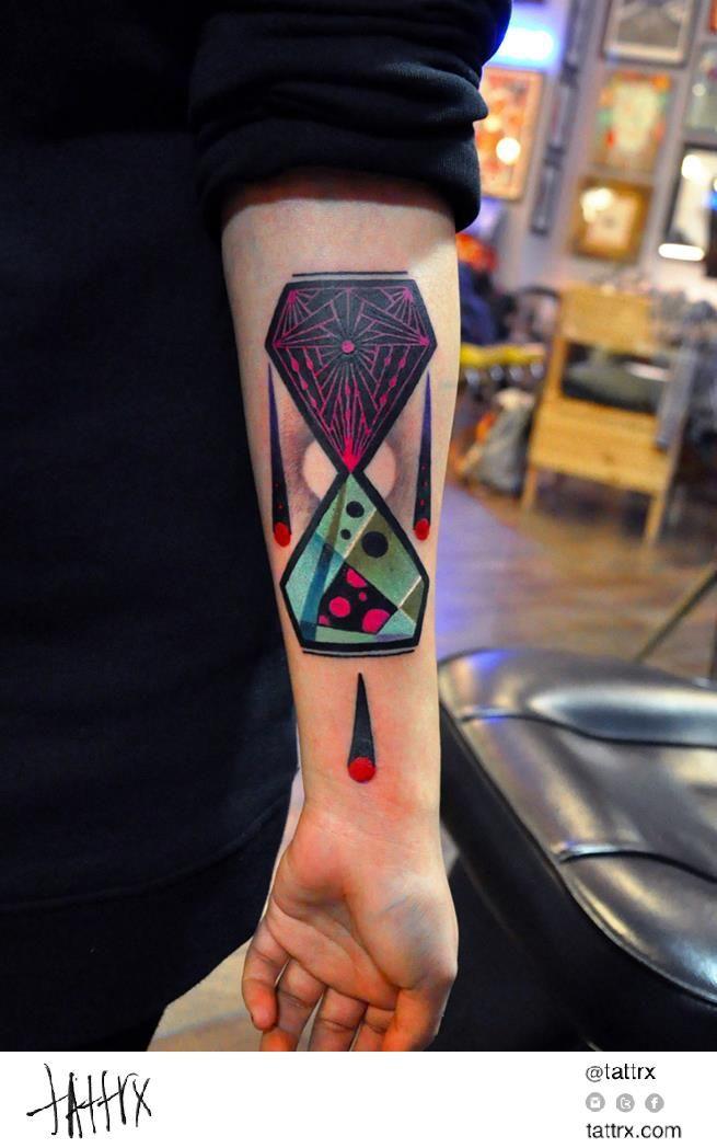 Tatuaje de reloj de arena moderno
