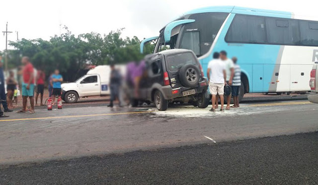 Colisão entre um ônibus e um jeep deixa uma pessoa morta