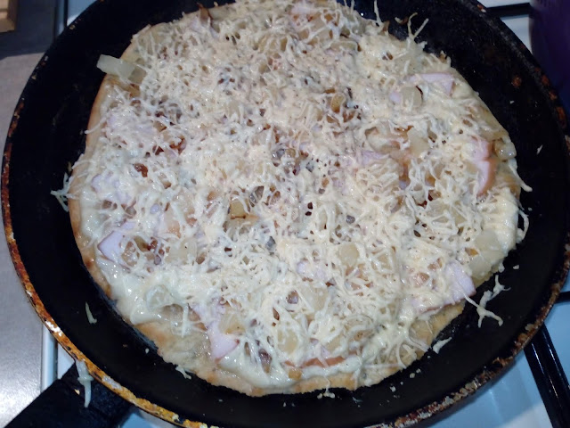 biala pizza z patelni pizza z bialym sosem pizza z kurczakiem i ananasem pizza hawajska pizza na cienkim ciescie