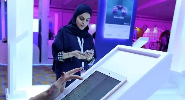 تشكيلية سعودية تحول القطع التالفة إلى مشروع فني