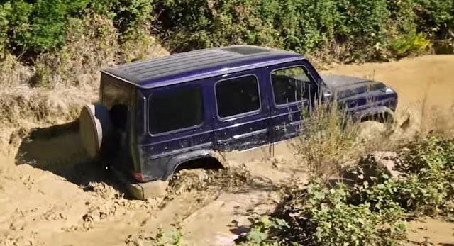 【動画】メルセデスベンツの新型「Gクラス」で深い泥水の中を走ってみた。
