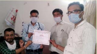 जिलाध्यक्ष श्री कुमट एवं युवा कार्यकर्ता श्रीवास्तव ने रक्तदान कर दिया ''रक्तदान महादान'' का संदेश