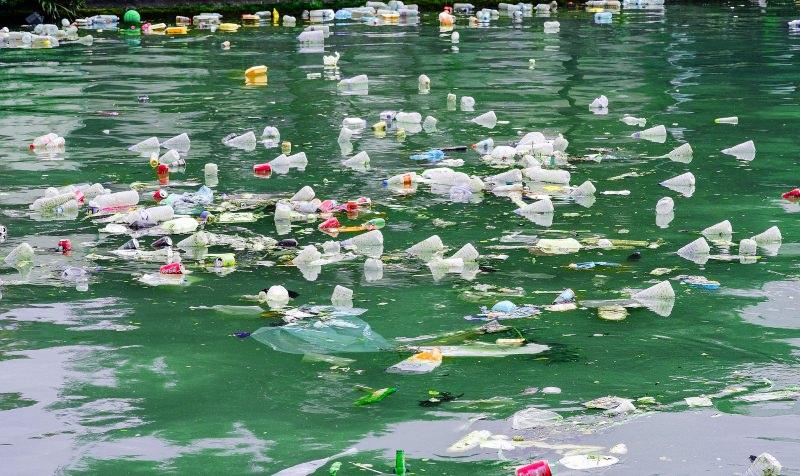 Resíduos plásticos flutuam num canal em Paris