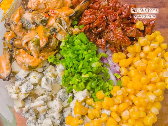 Салат мидии, кукуруза, вяленые томаты и сыр: рецепт с фото