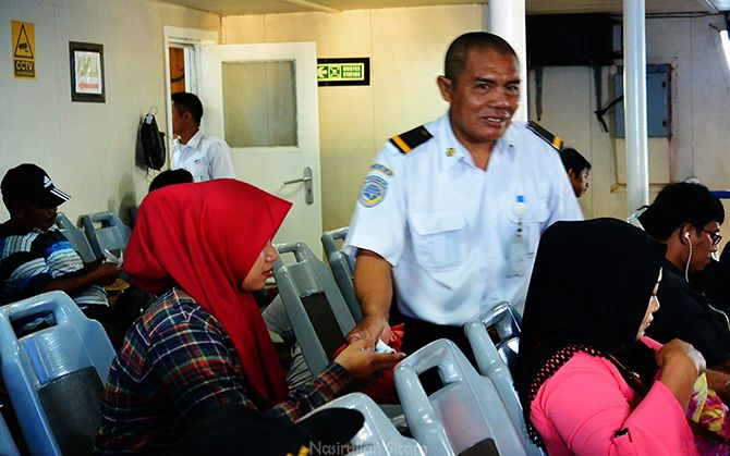 ABK Kapal memeriksa tiket kapal ASDP Siginjai