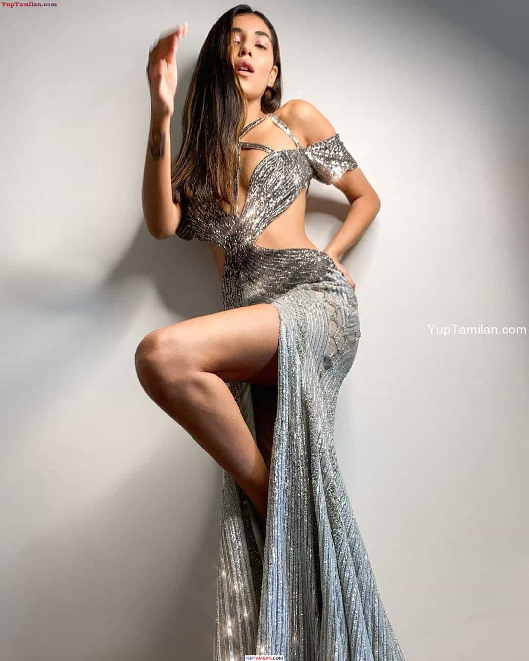 Radhika Seth Sexy Images-Deep Cleavage Photos