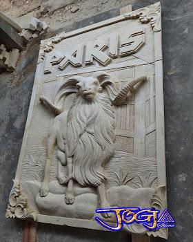 Relief batu alam motif kambing dogar atau kambing aduan garut dibuat dari batu alam paras jogja atau batu putih