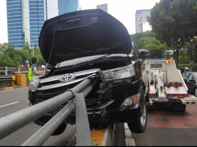 baru ini terjadi telah terjadi sebuah kecelakaan tunggal mobil Toyota Innova di Jakarta Penyebab Mengapa Airbag Bisa Mengembang Dan Tidak Bisa Mengembang