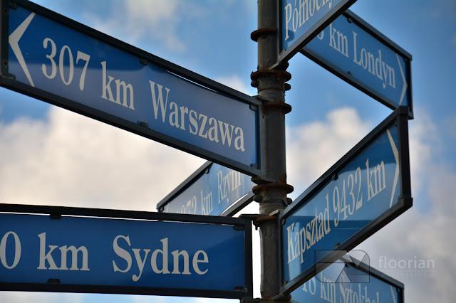 Drogowskaz 17 południk znajdujący się tuż przy moście Milenijnym we Wrocławiu