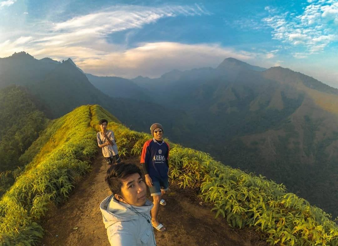 Travelplusindonesia Bershalawat Di Puncak Bromo Bikin Dua Turis