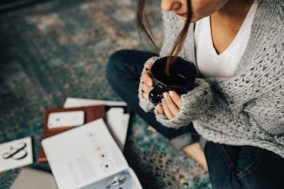 فتاة وقهوة ودراسة موقع فوائد