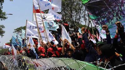massa buruh minta bantuan gubernur indonesia