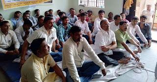जौनपुर के डीआईओएस कार्यालय में भूख हड़ताल पर बैठे तदर्थ शिक्षकों के समर्थन में मौजूद अन्य लोग।