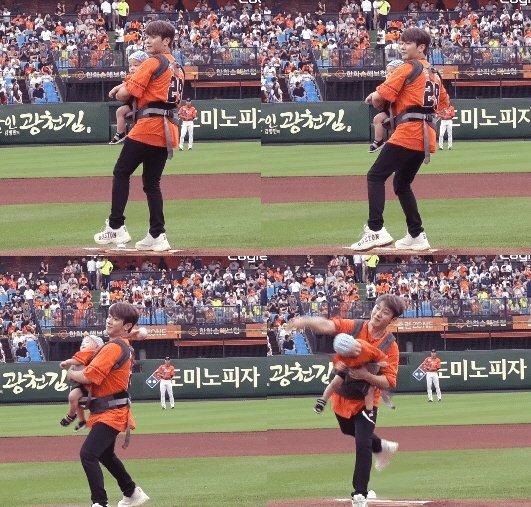 Choi Minhwan, beyzbol maçında ilk atışı kucağında bebeğiyle yaptığı için eleştirildi