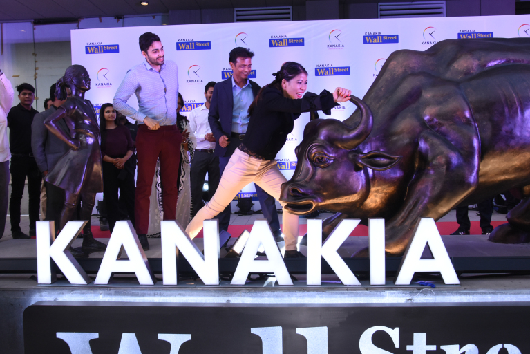 Mary Kom Unveils New York's Bull and Fearless Girl at Kanakia Wall